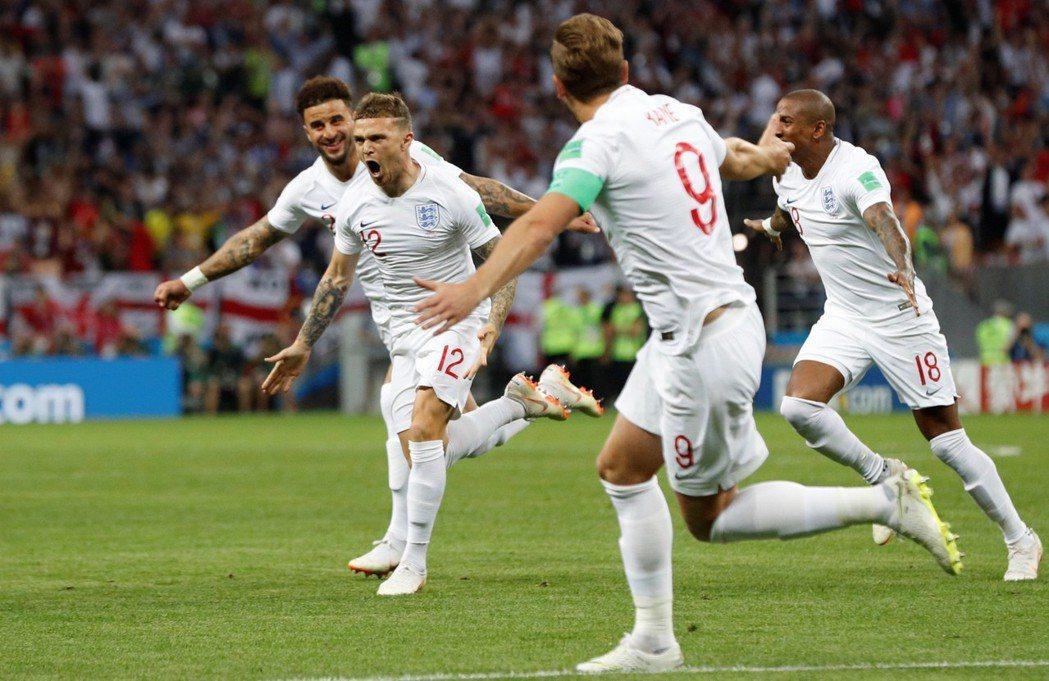 英格蘭開賽5分鐘在禁區外取得自由球機會,由崔皮爾(Kieran Trippier...