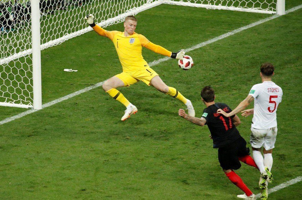 進入延長賽後第107分鐘,克羅埃西亞17號球員Mandzukic踢進一球,以2:...
