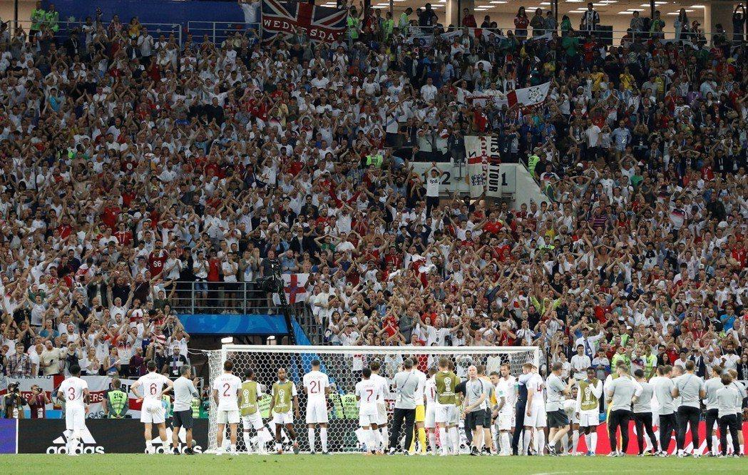 英格蘭冠軍夢難圓,球迷賽後駐足看台高歌。 路透社