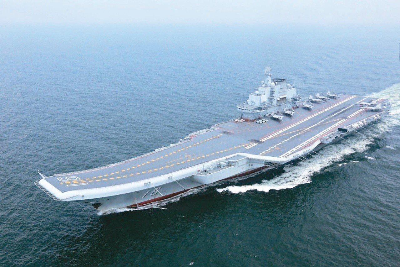 中國大陸首艘航空母艦遼寧號的水線油漆剝落,部分船體生鏽,需要深層保養維護。新華社