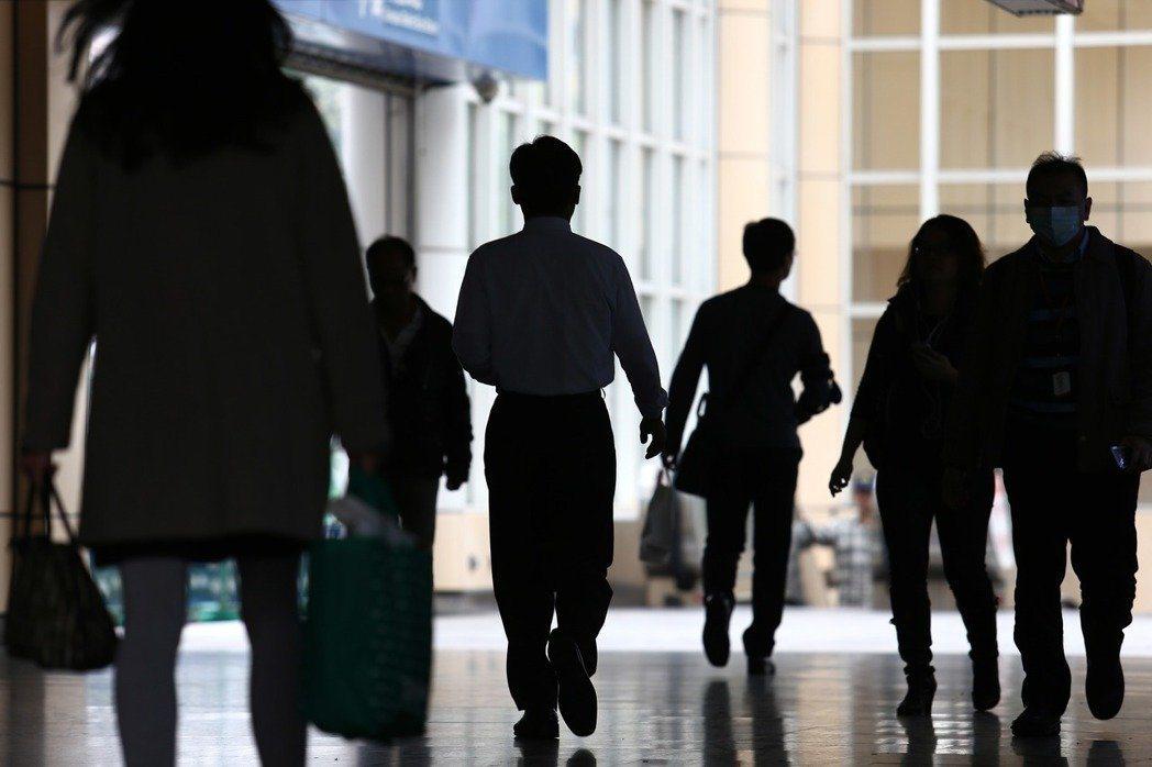 台經院指出,創新科技發展下,中階員工技能不足以勝任更高職務,又易被低階員工取代,...