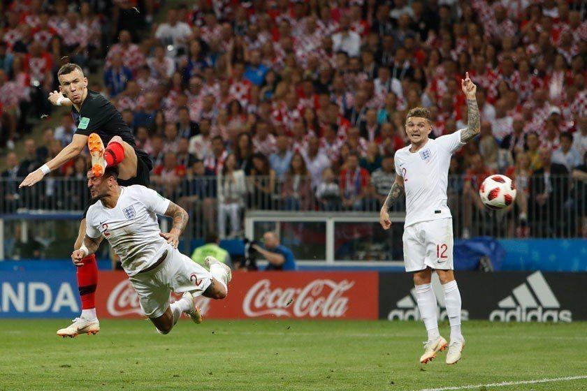 克羅埃西亞前鋒佩里希奇(左)飛身起腳跳得半天高,在防守球員攔截之前把球給碰進,是...