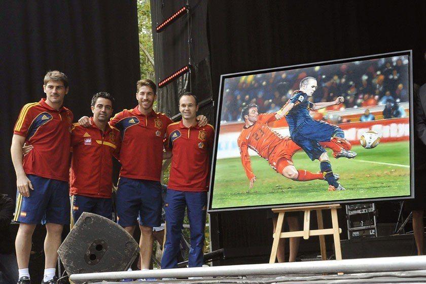 2010世界盃冠軍戰伊涅斯塔(右)在延長賽時於絕殺地帶進球,幫助西班牙打敗荷蘭拿...