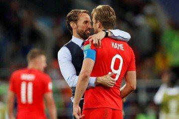 圖為7月4日英格蘭再與哥倫比亞的PK賽勝出後,主教練索斯蓋特與英格蘭隊長凱恩擁抱。 圖/路透社