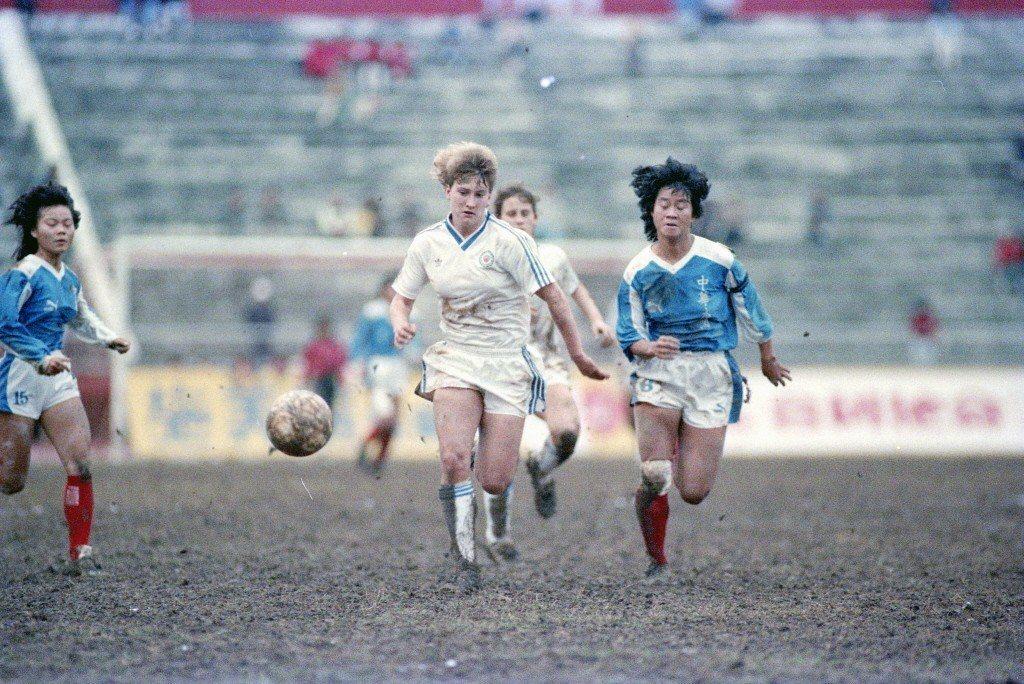 1987年中華盃世界女子足球邀請賽,木蘭女足將冠軍金盃留在台灣。 圖/聯合報系資...
