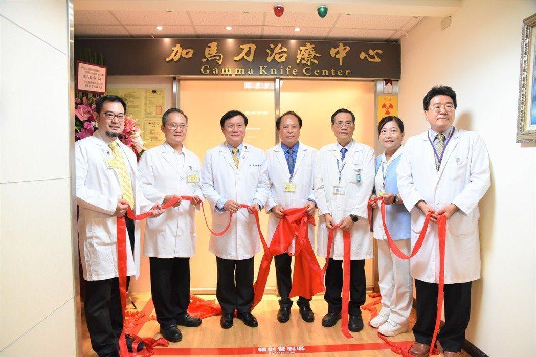 揭幕儀式合影。(左至右)神經外科劉斯顥醫師、放射腫瘤部主任劉文山、院長劉俊鵬、外...