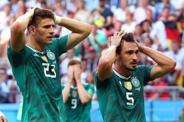 德國在6月27日的小組賽中,以0比2輸給南韓,德國球員戈梅茲(左)與胡梅爾斯(右...
