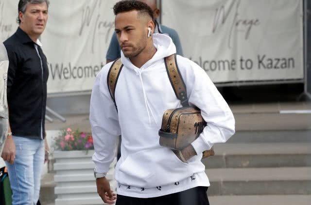 巴西內馬爾Neymar,輸掉比利時後帶著AirPods 準備返國。 美聯社