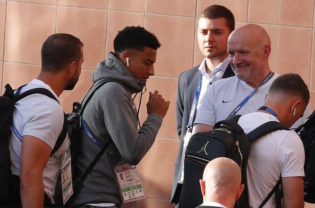 英格蘭隊中場及翼鋒林加德在四強賽前訓練時戴著AirPods。 路透社