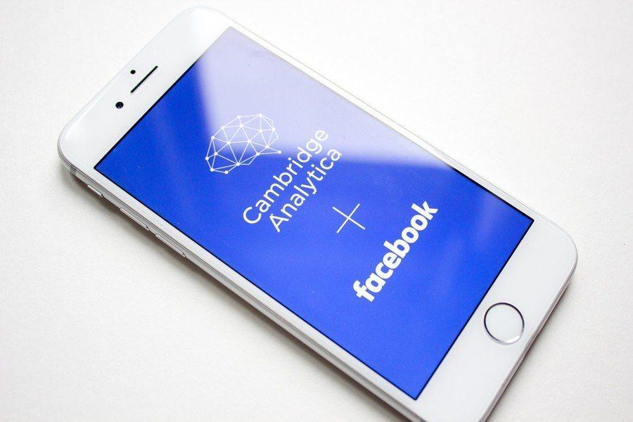 因為「劍橋分析」洩露個資醜聞,英國資訊委員會11日對臉書祭出50萬英鎊罰款。 台...