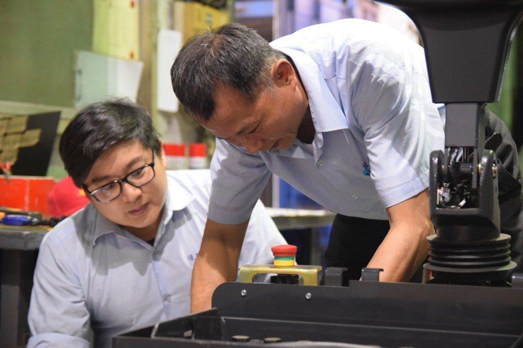 堆高機製造廠「恆智重機」善用銀髮人才,與青年協力,世代共創。記者章凱閎/攝影