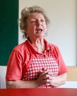 「麵包與靈魂」慈善廚房高齡74歲的志工柯雪爾在廚房篩選腐敗食材,她表示,她還有體...