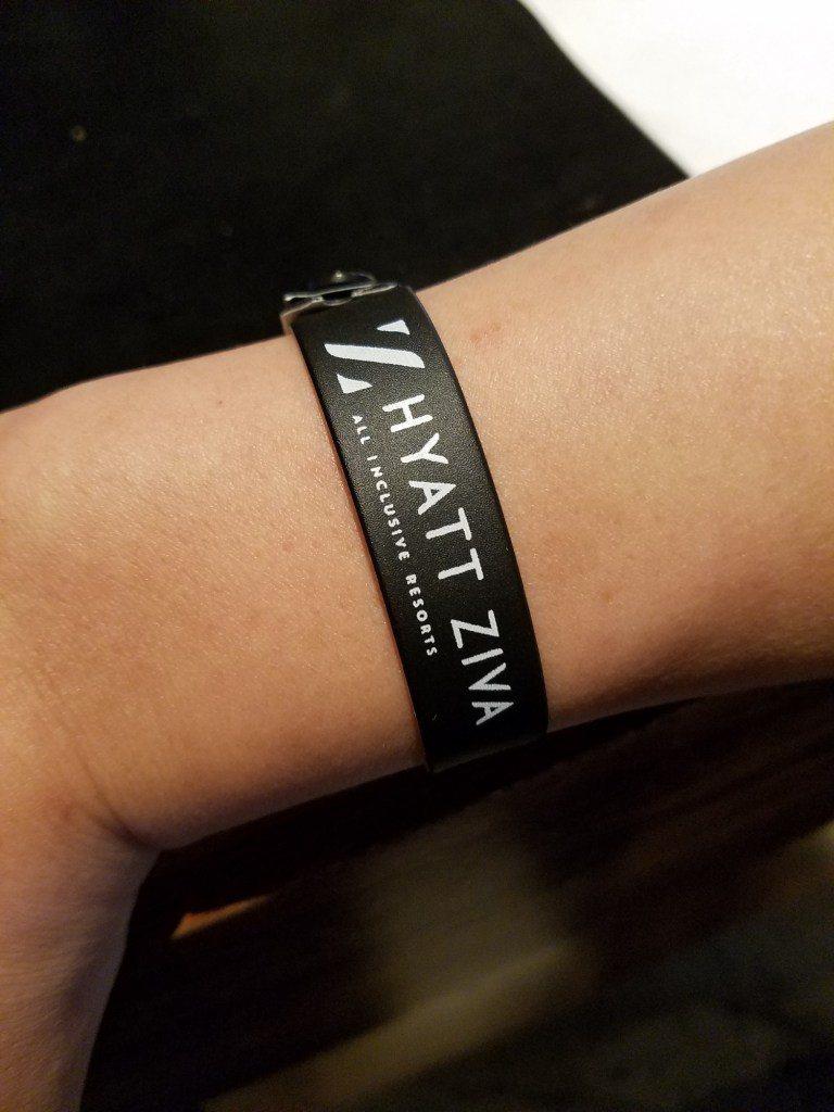 房客每一個人都會有這種腕帶,Globalist會員拿到的是黑色的 圖文來自於:T...