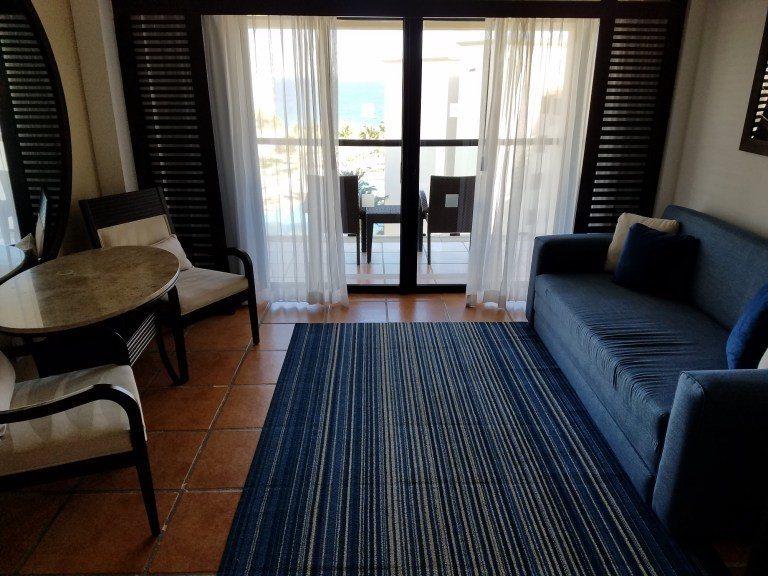 床舖旁邊也有沙發與椅子,外面也有陽台 圖文來自於:TripPlus