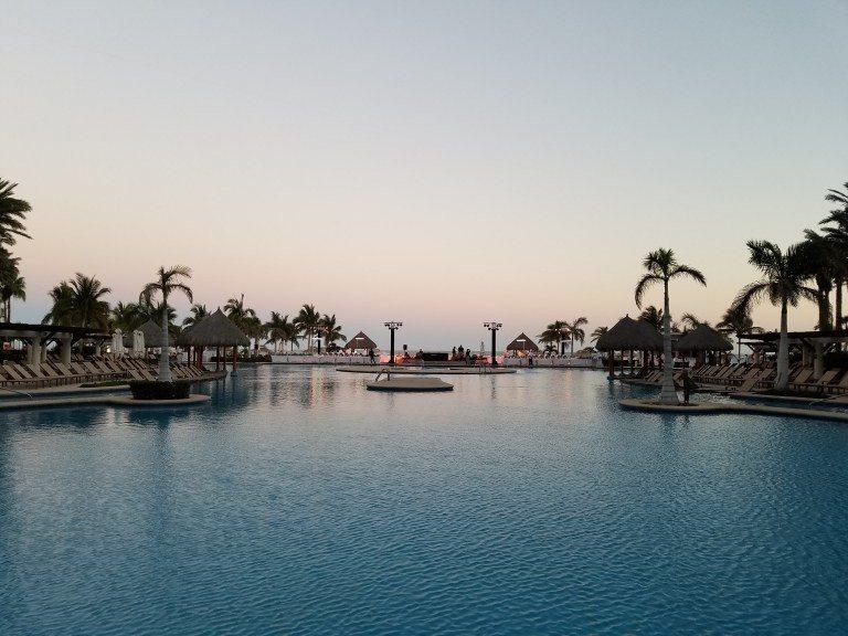 傍晚的中庭游泳池 圖文來自於:TripPlus