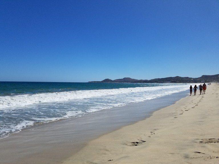 有不少人都在沙灘上走動 圖文來自於:TripPlus