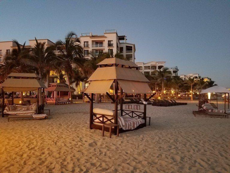 沙灘邊也有渡假村的一些座位 (Cabana) 圖文來自於:TripPlus