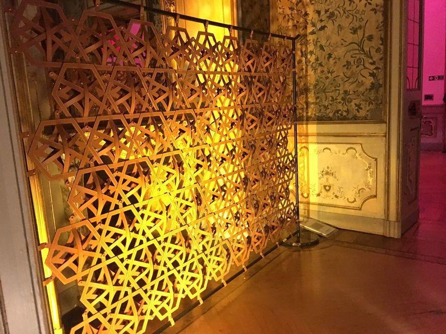 (圖)LV會外展區入口處以皮革編織圖騰的概念主牆兼屏風