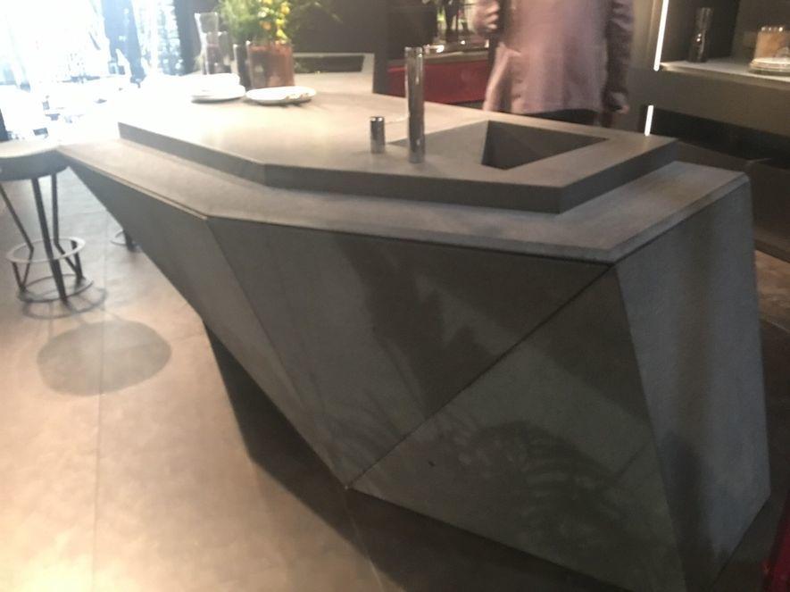 (圖)米蘭廚具展中櫃體展示採新穎的「倒角斜邊」設計
