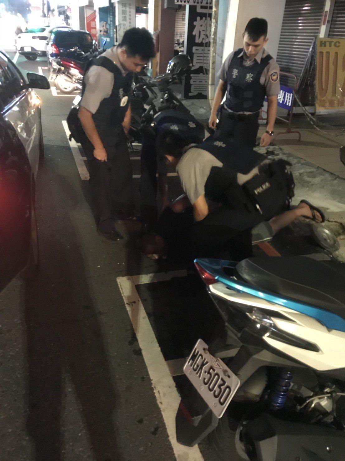 警方將這名鬧事醉和壓制在地。圖/讀者提供