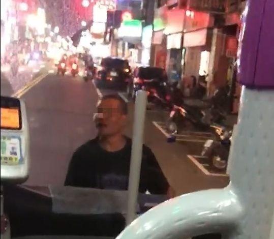 醉漢攔住公車,釀交通大打結。圖/讀者提供