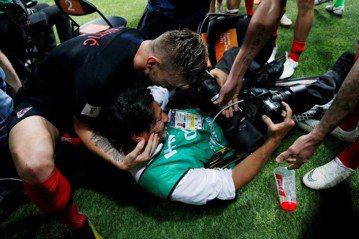 克羅埃西亞進球狂喜撲倒攝影記者 混亂中按快門成就最美畫面