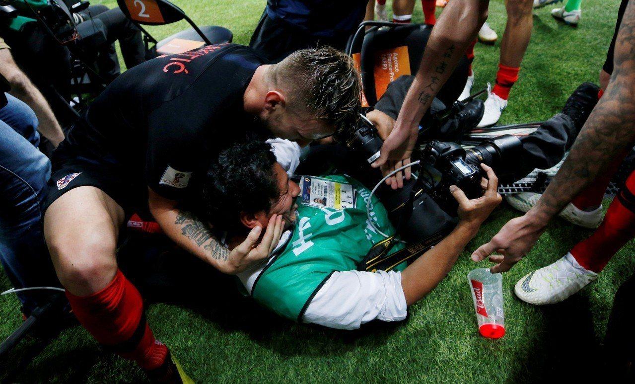 克羅埃西亞球員HIGH過頭,場邊攝影記者遭波及被壓倒在地,球員紛紛伸手將他拉起,...