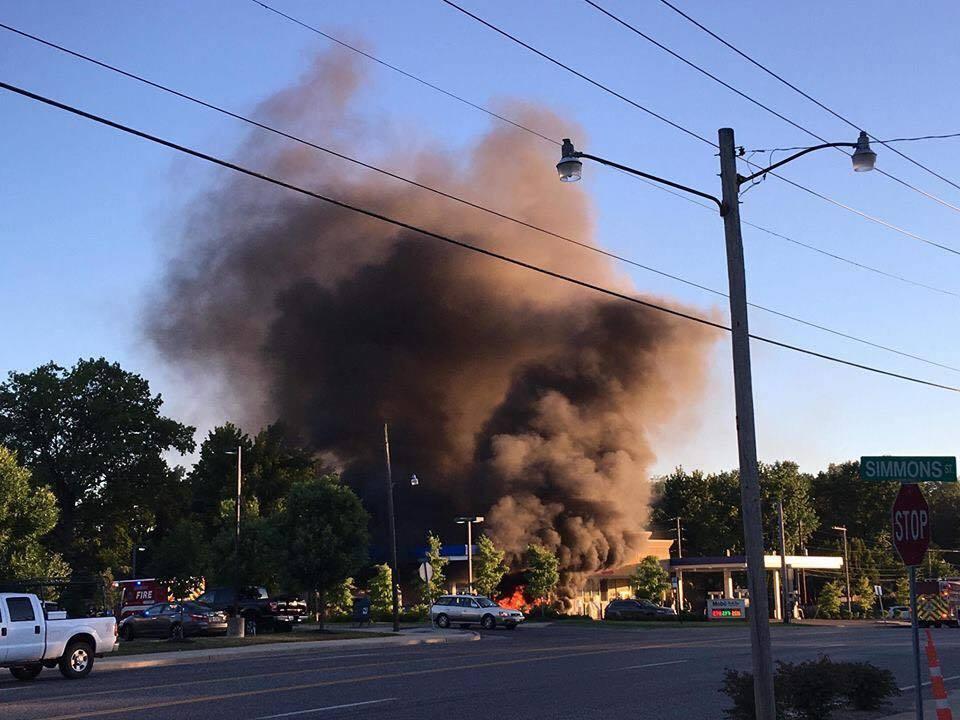 一輛藍寶堅尼加油時意外起火燃燒,現場濃煙密布。取自Parker Gelber臉書