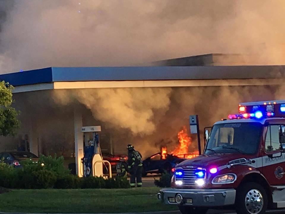 一輛藍寶堅尼加油時意外起火燃燒,消防車到現場救援。取自Parker Gelber...