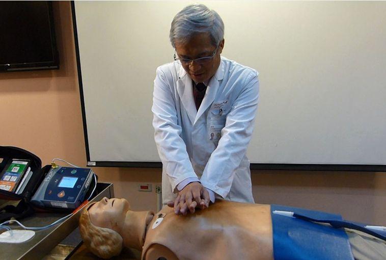 台中榮總急診部主任蔡哲宏示範CPR,雙手打直,手掌疊起,對準兩胸中間,以每分鐘1...
