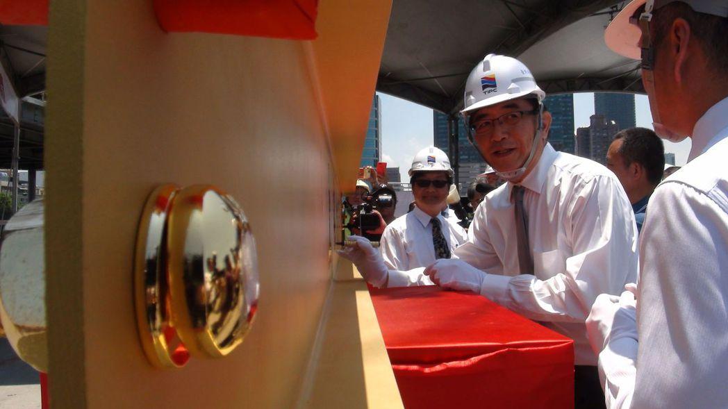 台灣港務公司董事長吳宏謀(右二)傳掌交通部,他在7月10日上午主持港務旅運大樓上...