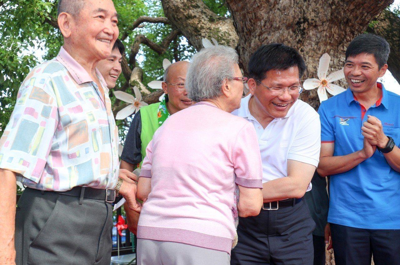 林佳龍(右二)當了四年市長大變身,懂得柔軟身段,與支持者親密互動。圖/台中市府提...