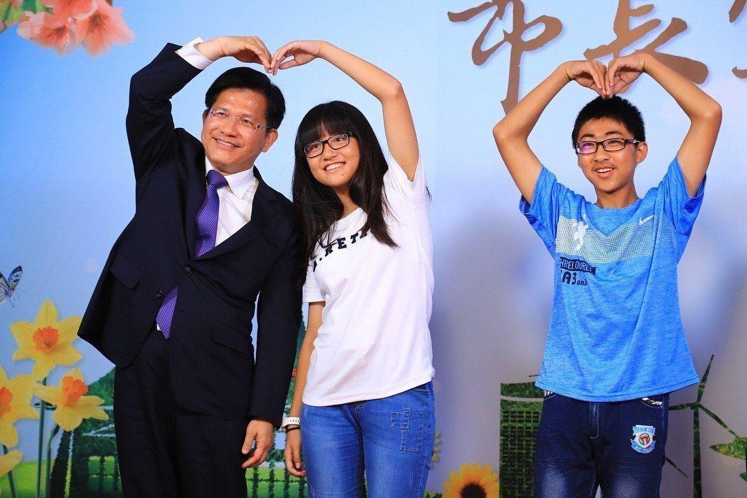 林佳龍(左)當了四年市長大變身,懂得柔軟身段,與支持者親密互動。圖/台中市府提供