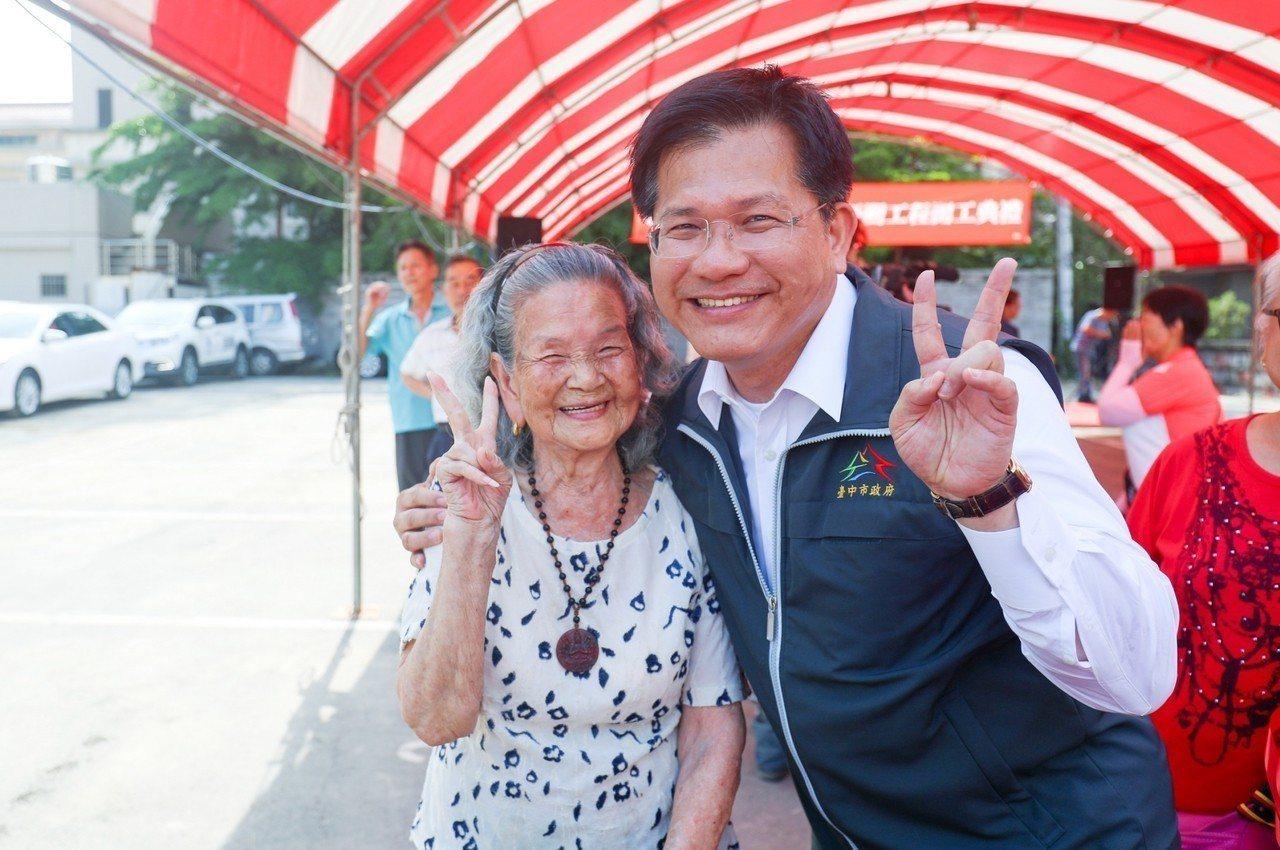林佳龍(右)當了四年市長大變身,懂得柔軟身段,與支持者親密互動。圖/台中市府提供