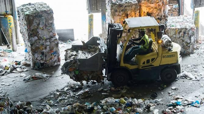 中國自1月起為配合新推出的環境政策,拒收大部分的外國紙類和塑膠垃圾,不願再當世界...