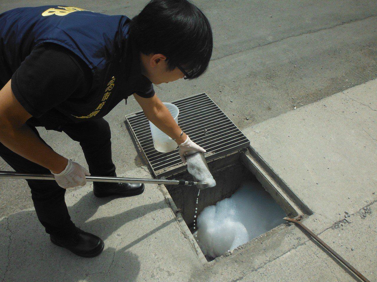 稽查人員將廢水採樣。 圖/高雄市環保局提供