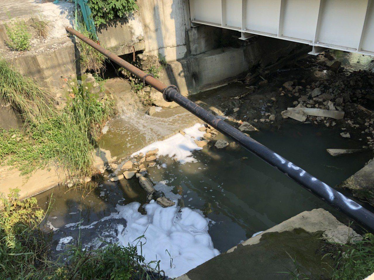 瓦厝排水有不明泡沫,稽查人員查明為偷排事件。圖/高雄市環保局提供