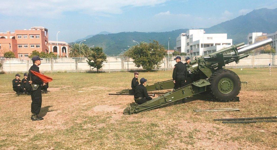 國防部移撥6門155榴砲給海岸巡防署,計畫前進部署南沙太平島,圖為完訓的南部地區...