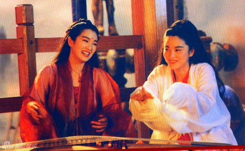 鞏俐(左)與林青霞在「天龍八部」之「天山童姥」同台飆戲。圖/翻攝自YouTube