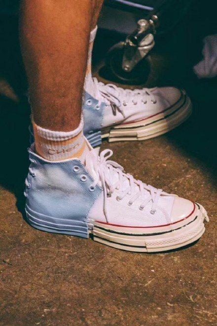 與Converse合作把Chuck Taylor 70從鞋面到鞋底都以對半解構重...