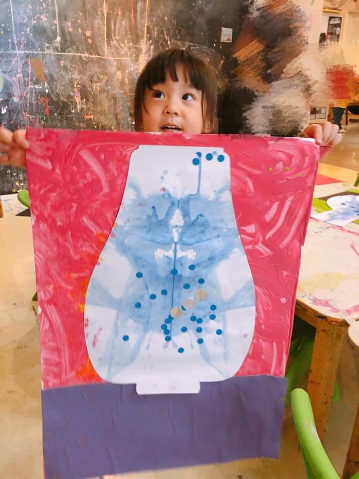 賈靜雯po出咘咘上美術課的照片。圖/摘自臉書