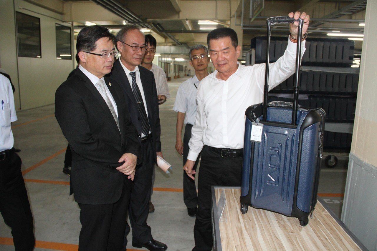 台南市長李孟諺(左)聽取萬國通路董事長謝明振說明產業發展情況。記者吳淑玲/攝影