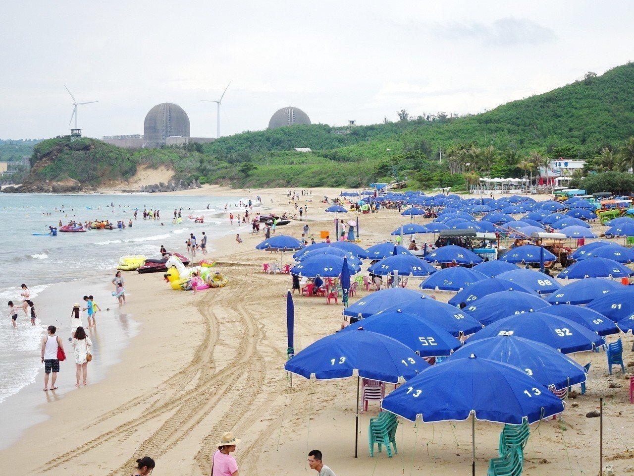 墾丁南灣沙灘上月底統一換上藍色陽傘,最近在地方又掀起顏色「搭不搭調」的論戰。記者...