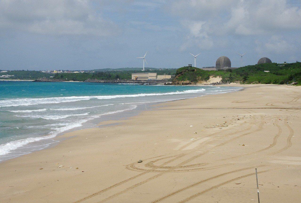 屏東墾丁高人氣的南灣沙灘,在強颱過境時全部淨空,難得重現素淨原貎。記者潘欣中/攝...
