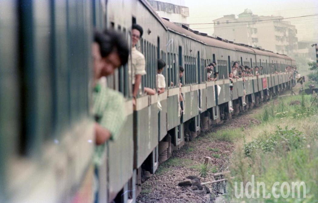 省鐵路局加掛特別列車,舉辦「淡水最後一班列車」活動,讓喜愛北淡線的旅客陪伴小火車...