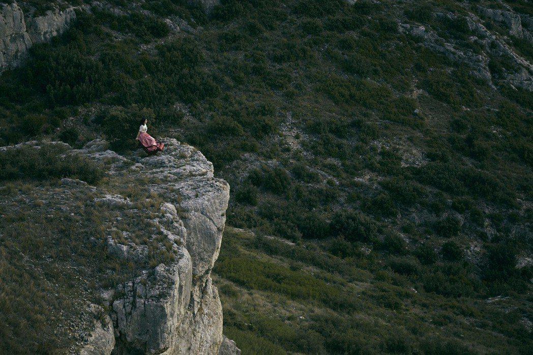郭雪芙到南法的懸崖拍攝寫真集,遇到生死關頭。圖/好妙娛樂提供