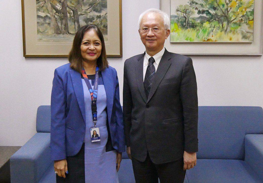 第一銀行董事長董瑞斌(右)拜會菲律賓央行副總裁Ms.Chuchi G. Fona...