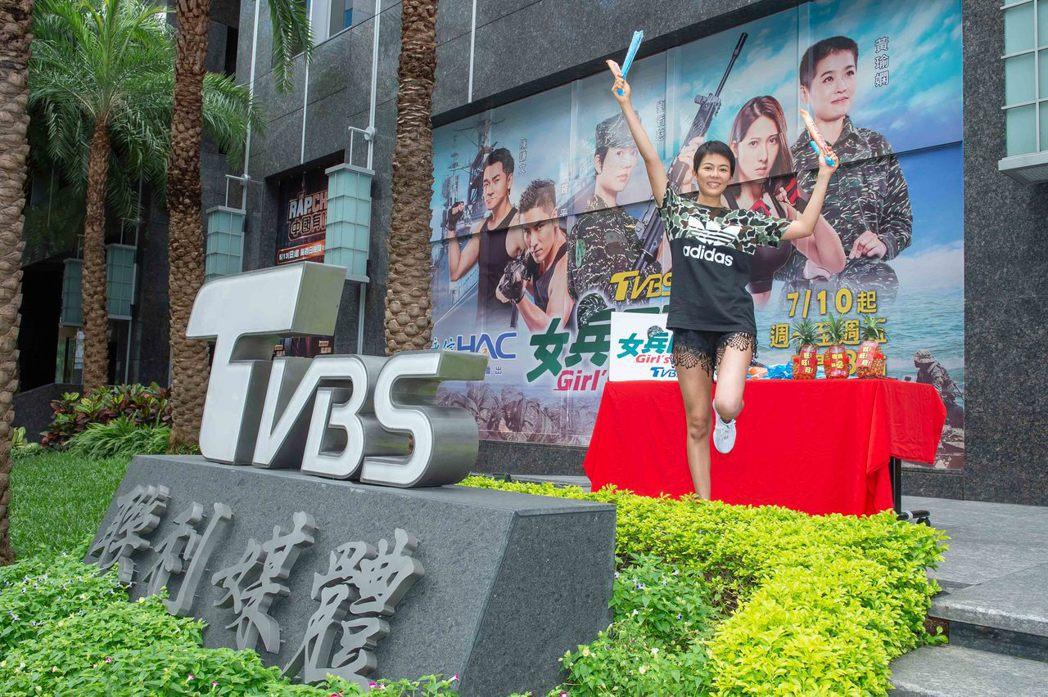 劉香慈兌現收視破1發棒棒冰的承諾。圖/TVBS提供