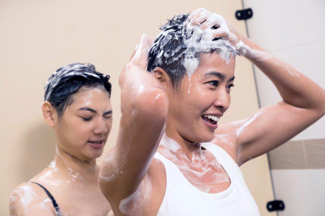 小嫻(右)在劇中穿著內衣洗澡。圖/TVBS提供