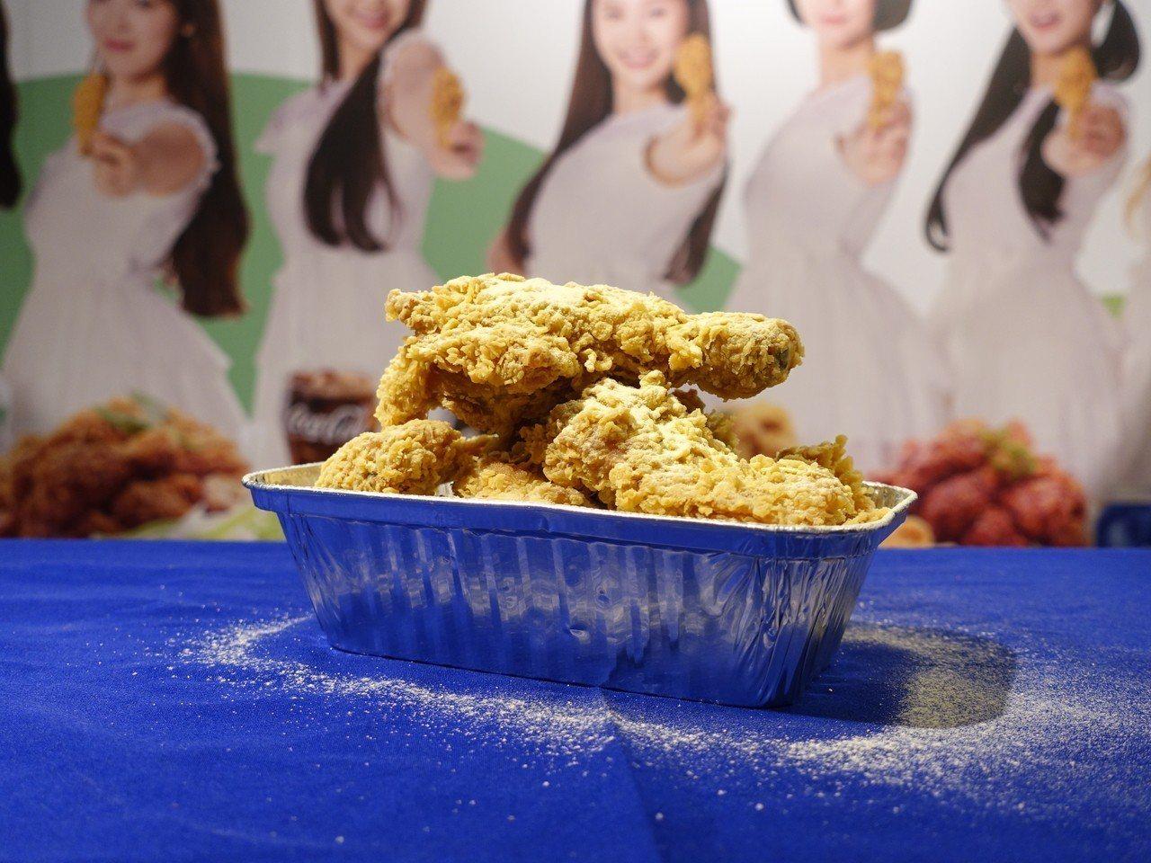 韓國NeNe Chicken撒上起司粉的招牌口味「初雪炸雞」。記者張芳瑜/攝影